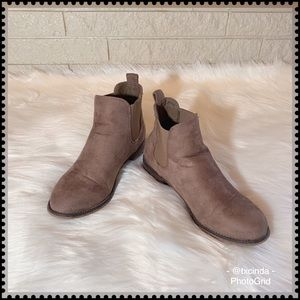 CATHY JEAN Distressed Cocoa Chelsea Ankle Boots